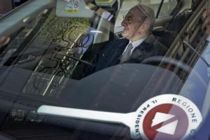 Il governatore della Campania Vincenzo De Luca all'uscita dalla redazione de Il Mattino, dove è stato ospite per una intervista sulla webtv del giornale. Napoli, 12 novembre 2015. ANSA / CIRO FUSCO